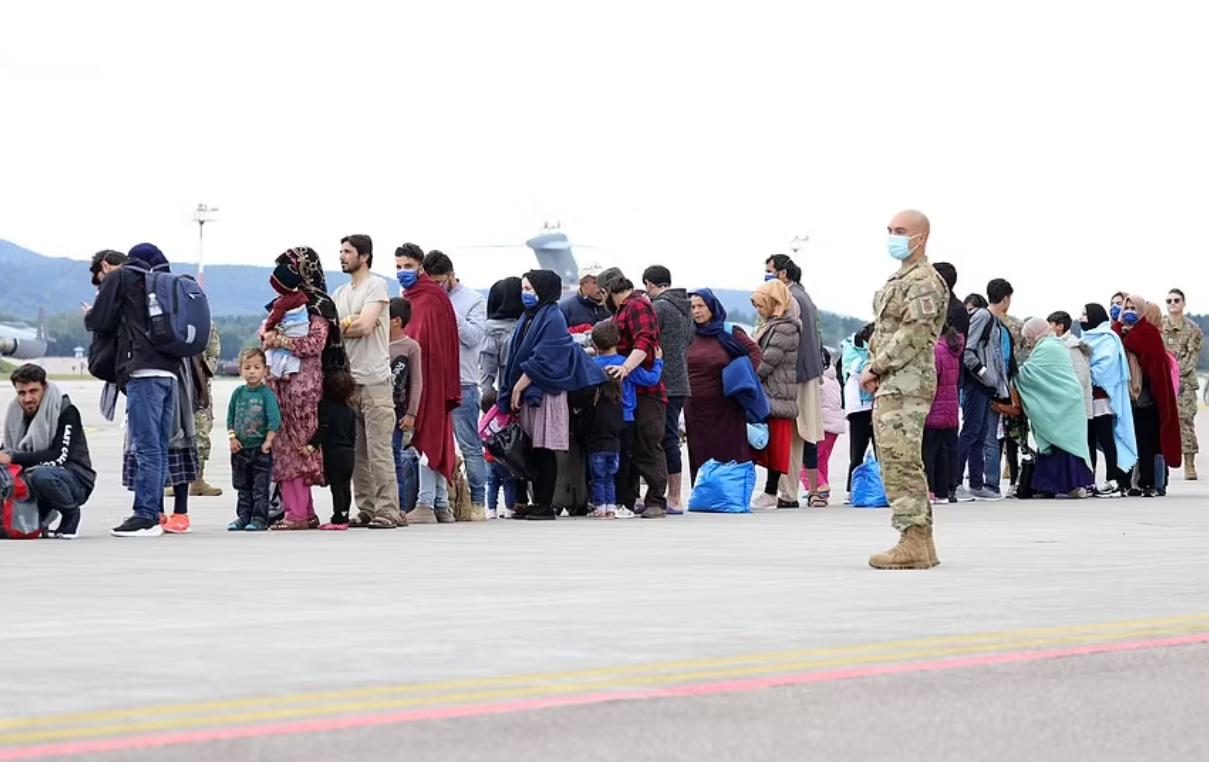 Беженцев разместили на базе.