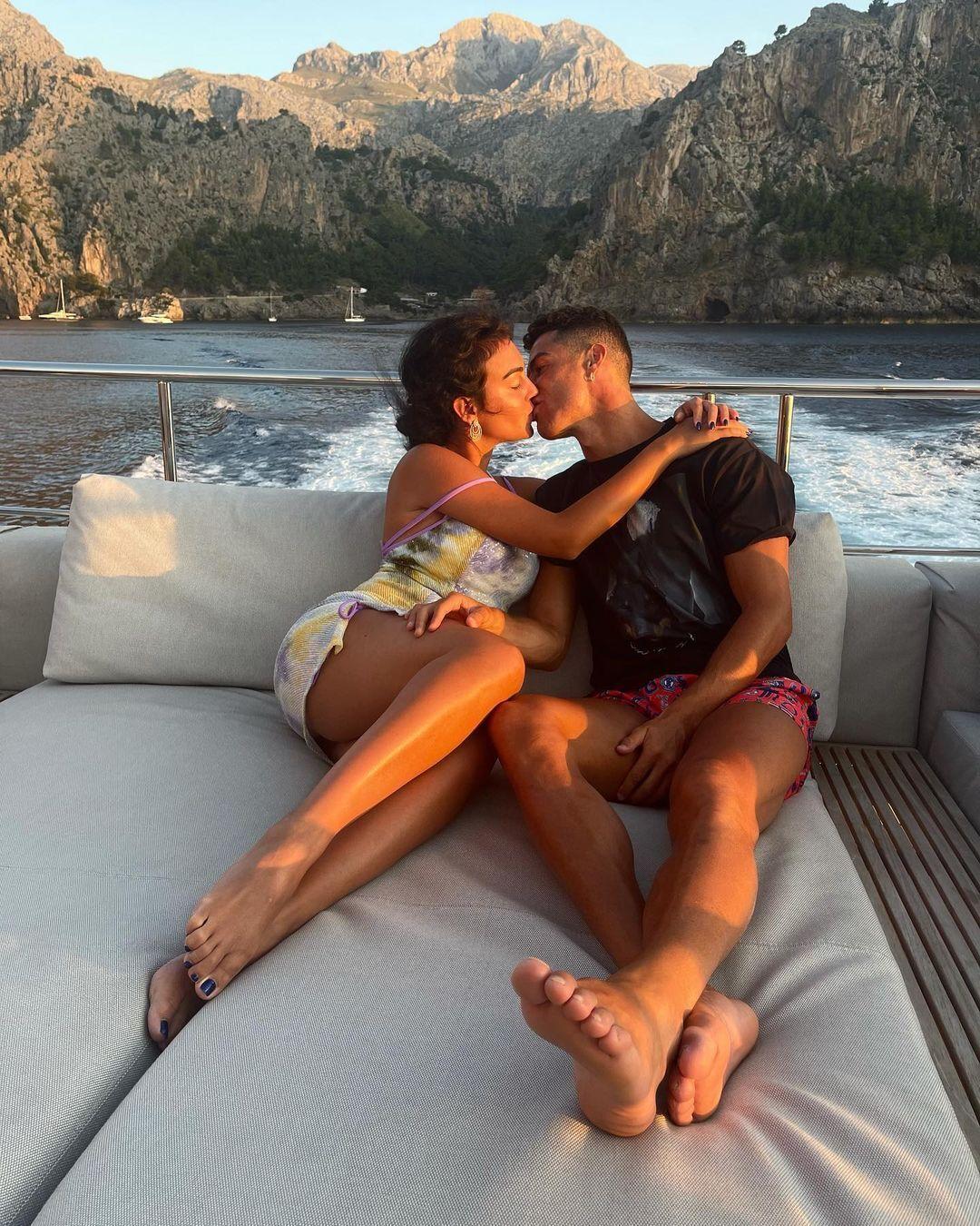 Джорджина Родригес и Криштиану Роналду на яхте.