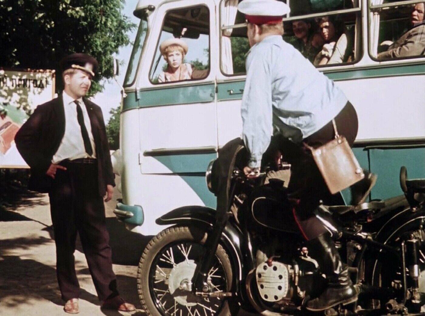 В фильме на мотоциклах КМЗ ездили милиционеры.