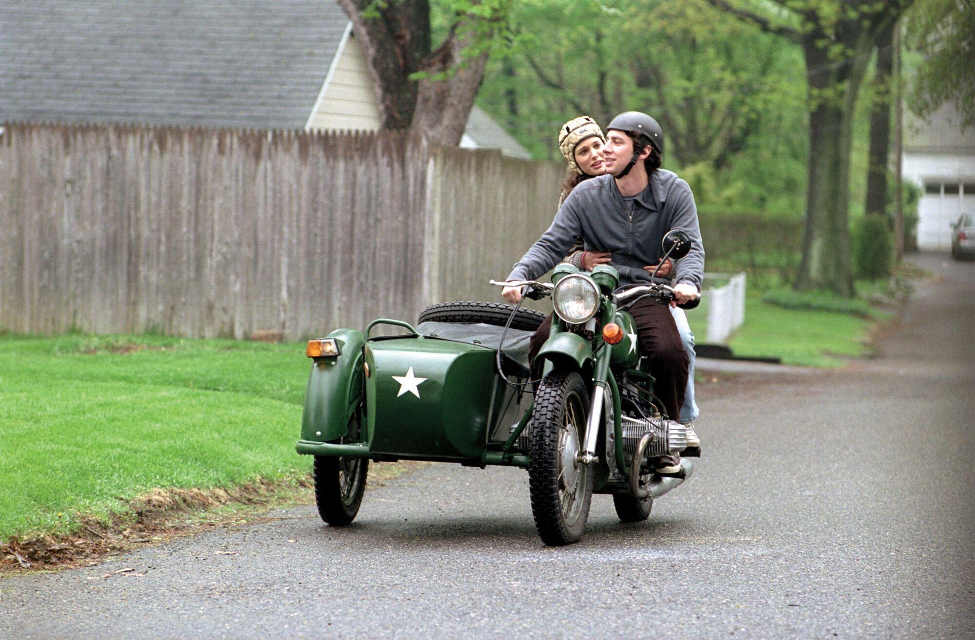 Зак Брафф и Натали Портман на мотоцикле Днепр-12.