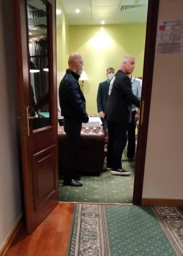 Российские полицейские появились, чтобы побеседовать.