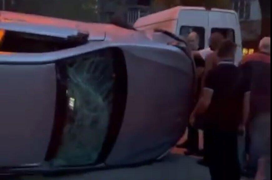 Водителя и его спутницу из машины достали свидетели аварии.