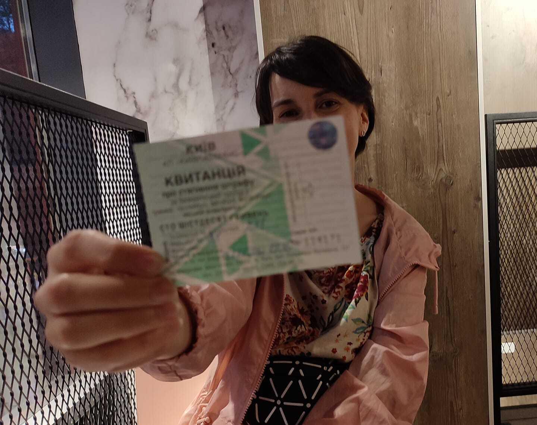 Женщина оплатила штраф на личную карточку контроллера.