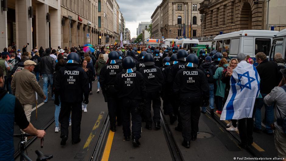 Полиция сопровождала некоторые группы демонстрантов