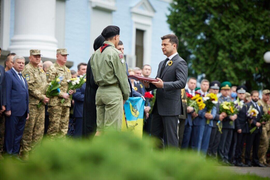 Зеленський вручив орден родині Гурняка.