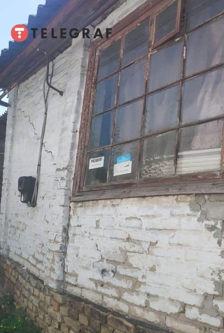 На окнах в доме было объявление о розыске.