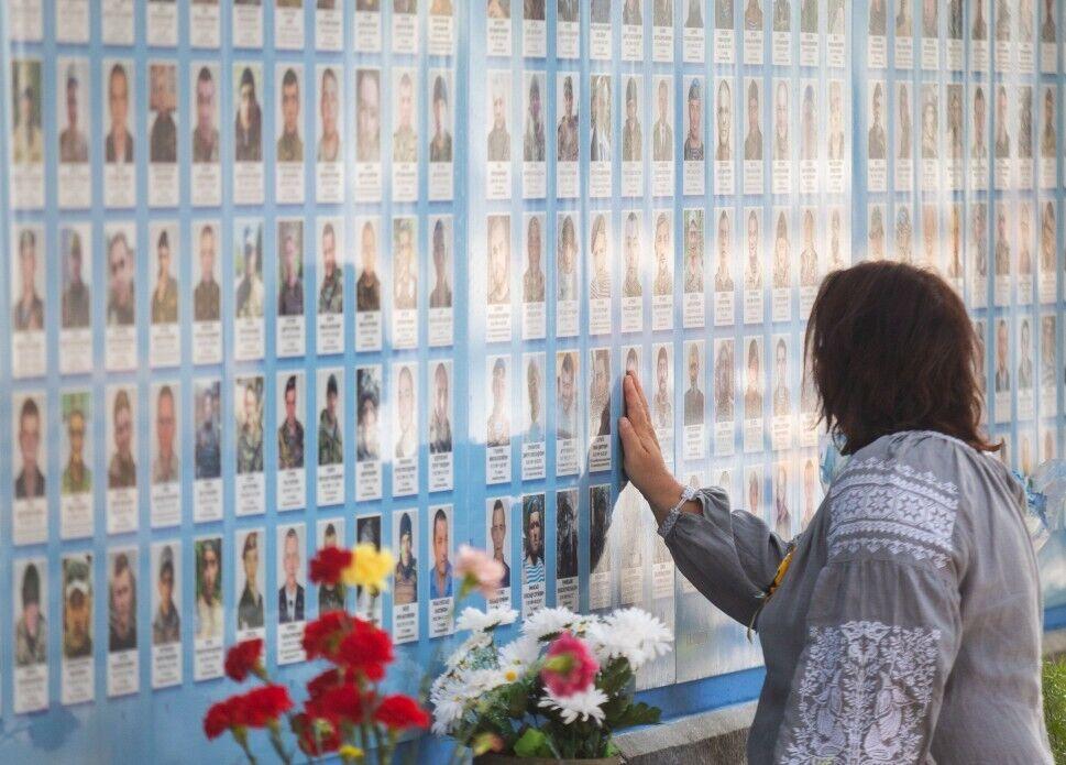Стена памяти павших за Украину на ул. Трехсвятительской в Киеве