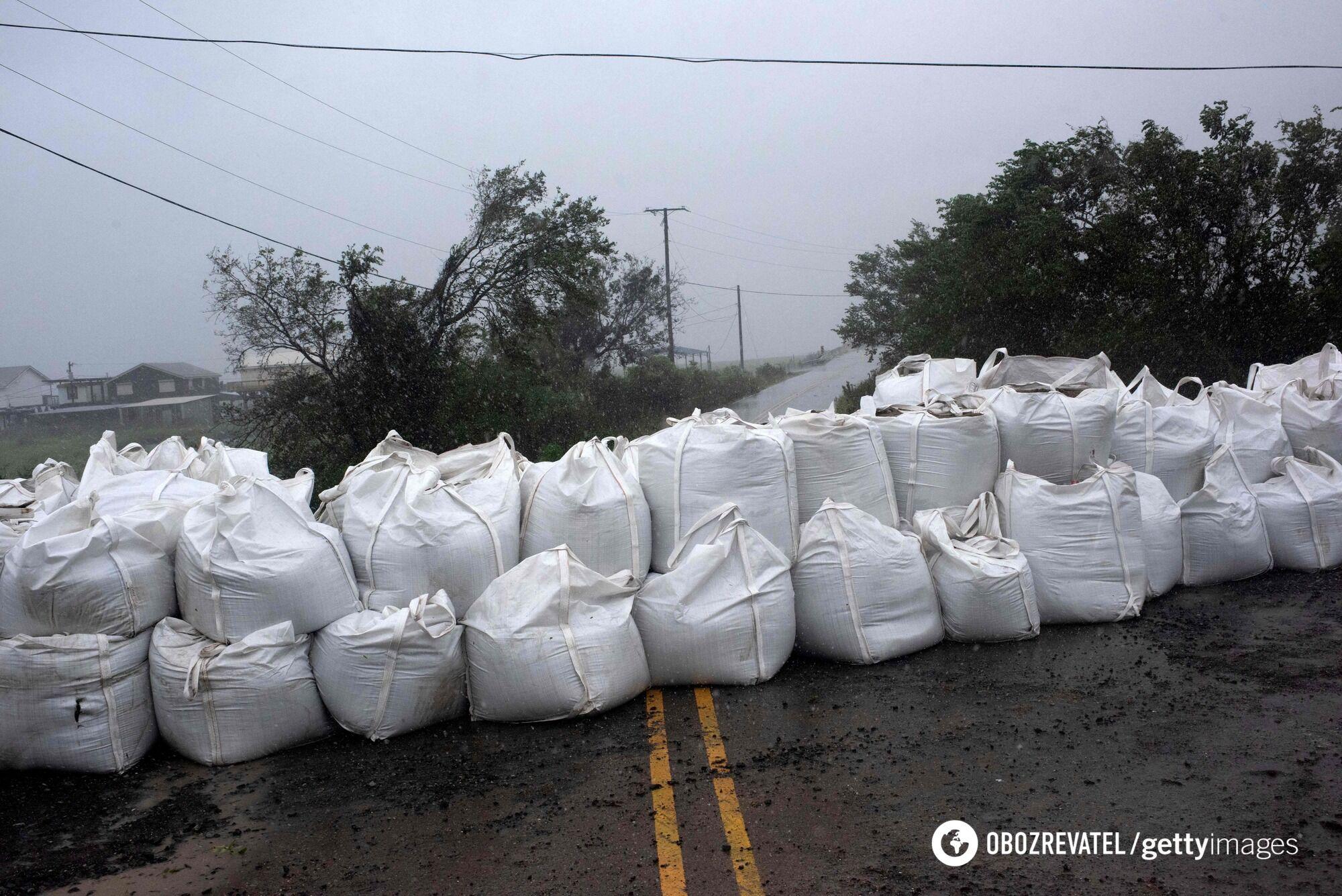 На дороги уложили мешки с песком