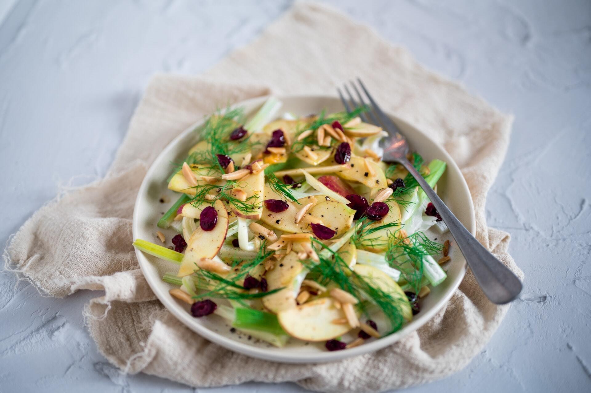 Легкий салат с орехами и яблоками