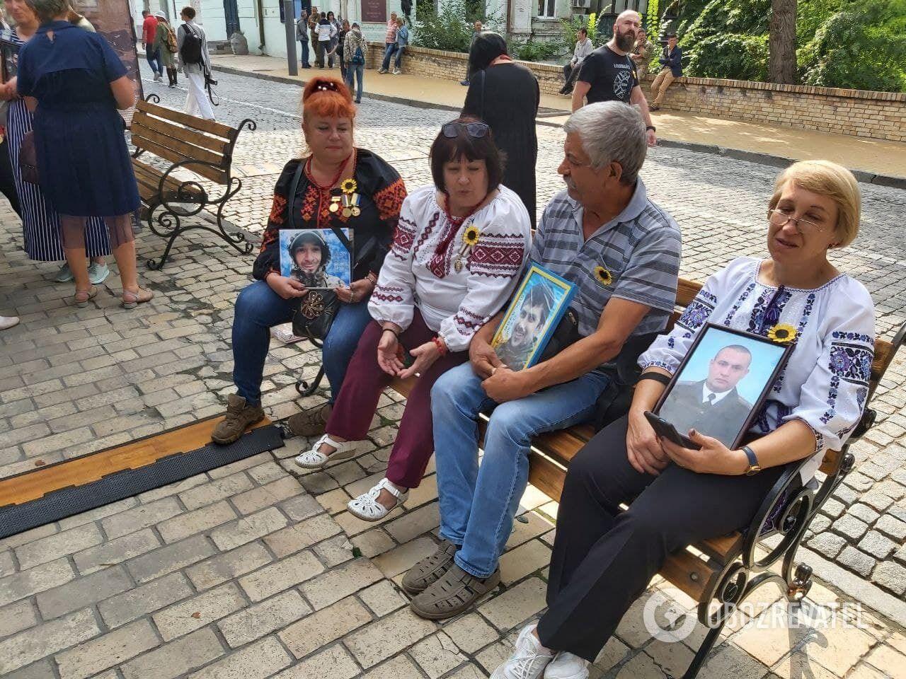 Родственники принесли фото жертв Иловайской трагедии.