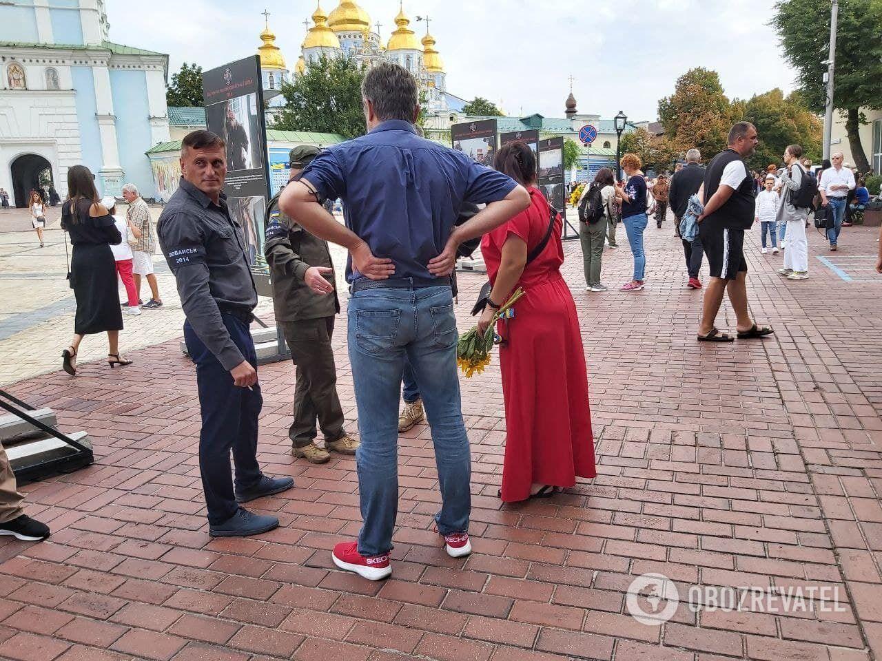 В центре столицы собралось много людей.
