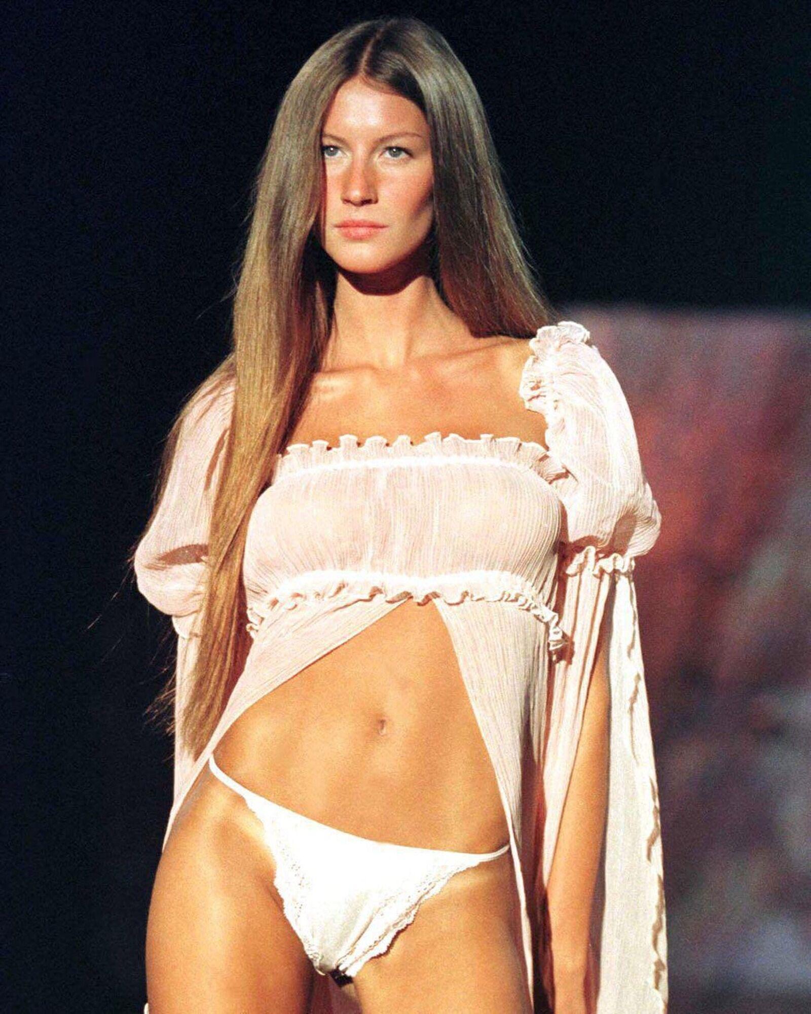 Жизель Бюндхен на показі Victoria's Secret у 1999 році