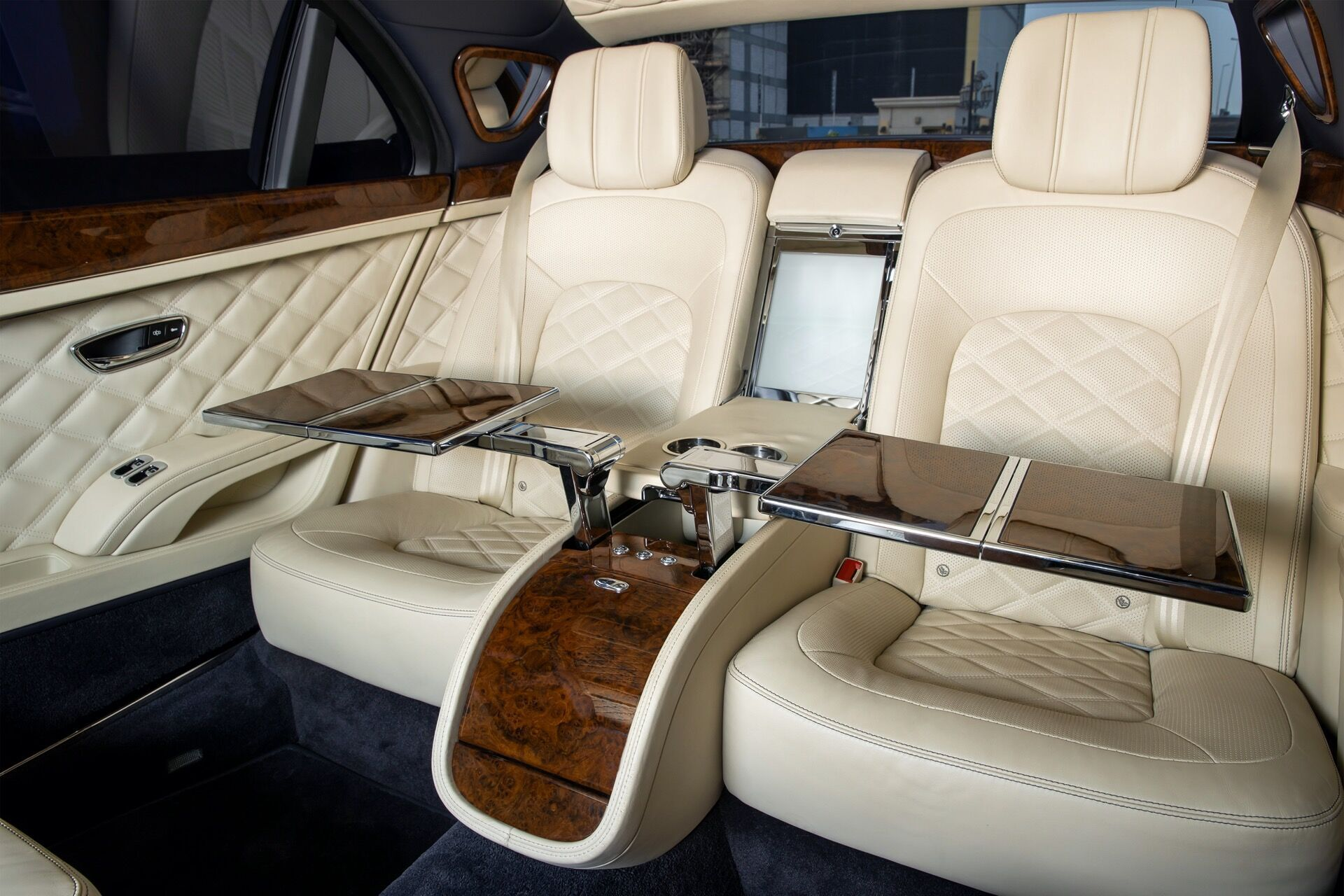 Для VIP-пассажиров предусмотрены индивидуальные откидные столики, охлаждаемое отделение для шампанского, комплект хрустальных бокалов, а также порты для подключения различных девайсов