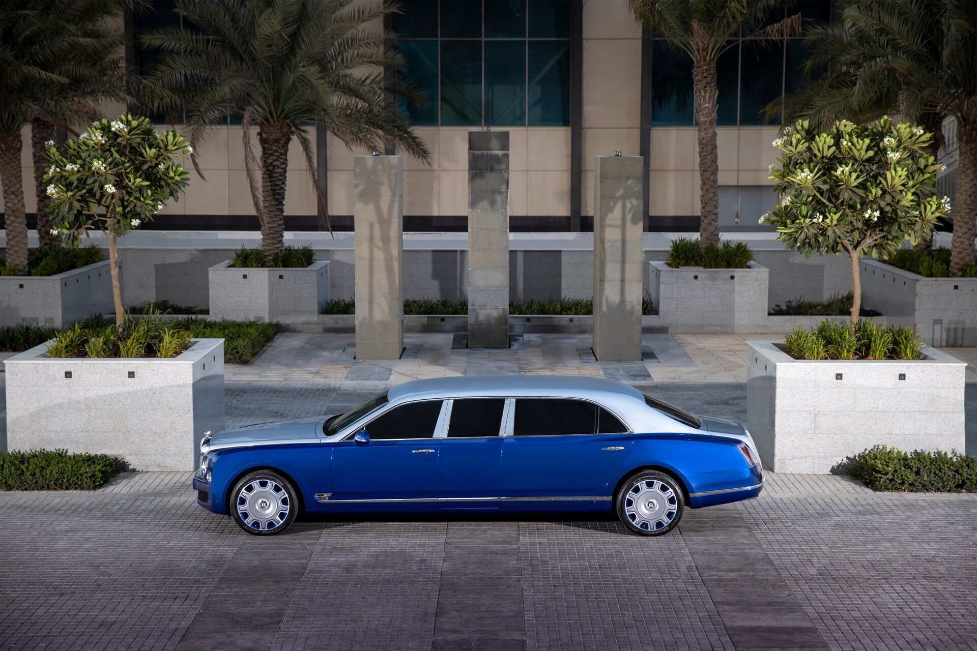 От обычного Mulsanne версия Grand Limousine отличается увеличенной на 1000 мм длиной и на 79 мм высотой