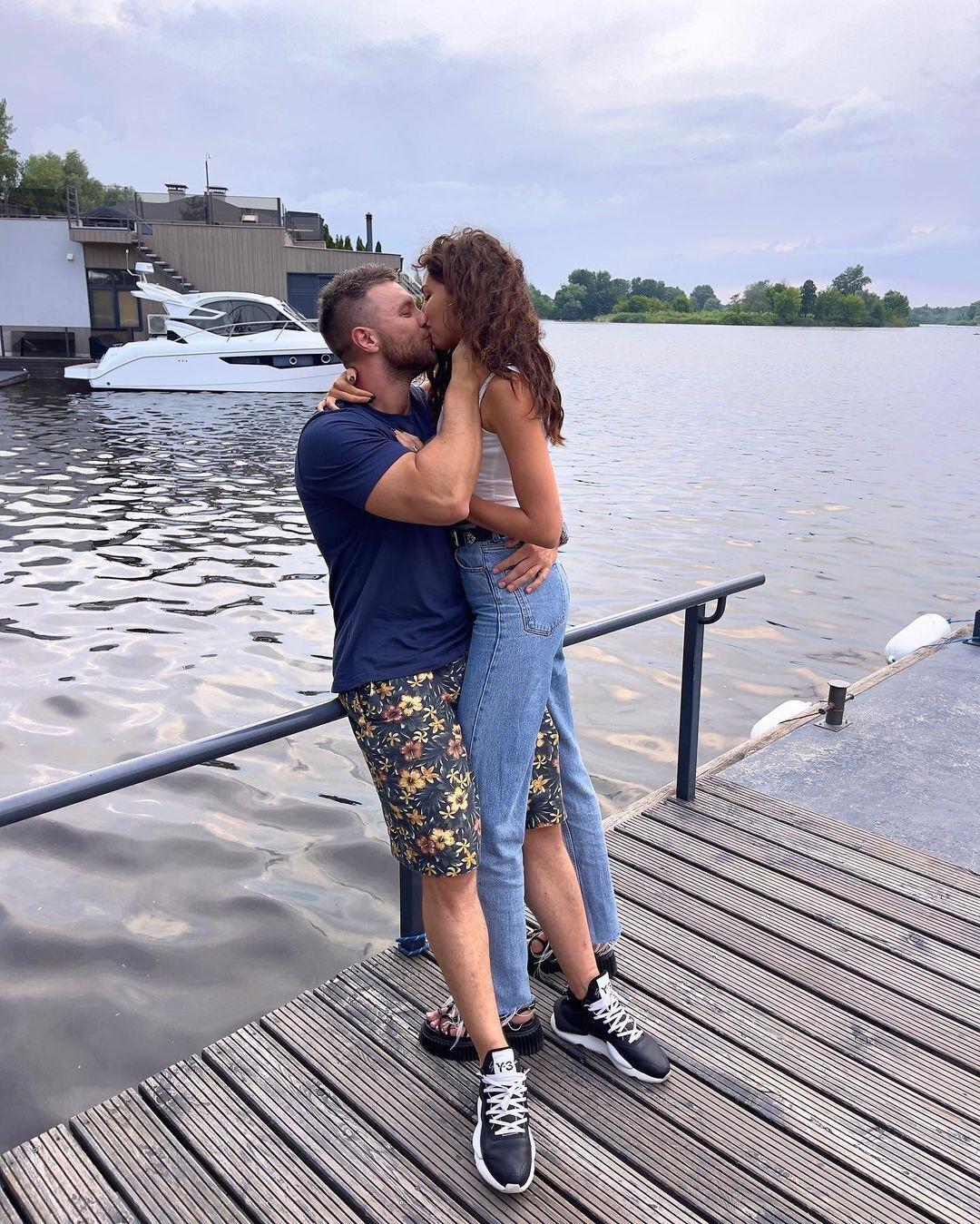Михаил и Анна страстно целуются на фоне реки.