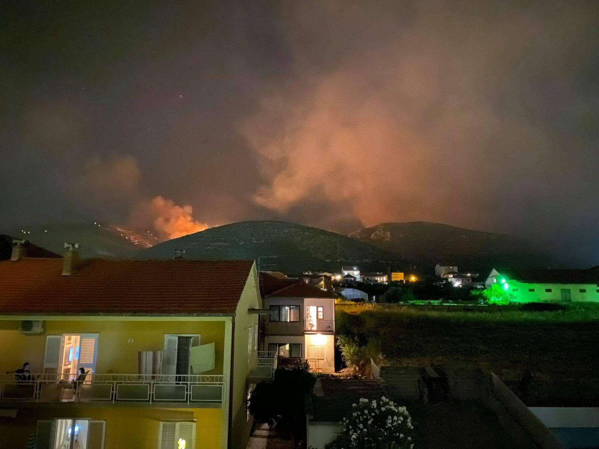 Огонь приблизился к жилым домам