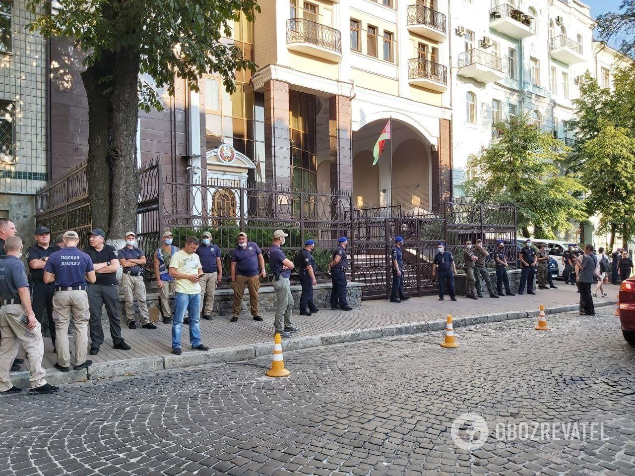 До будівлі посольства Білорусі в Києві стягнули правоохоронців.