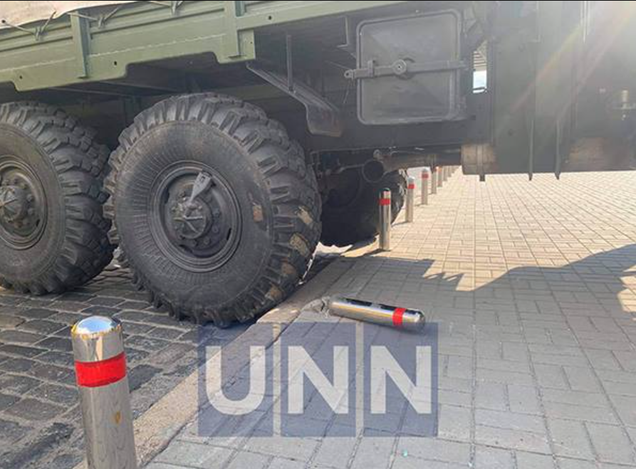 Военный грузовик остановился на Европейской площади.