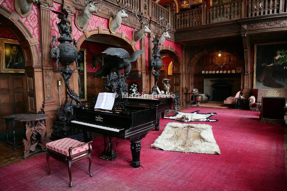 У замку є піаніно