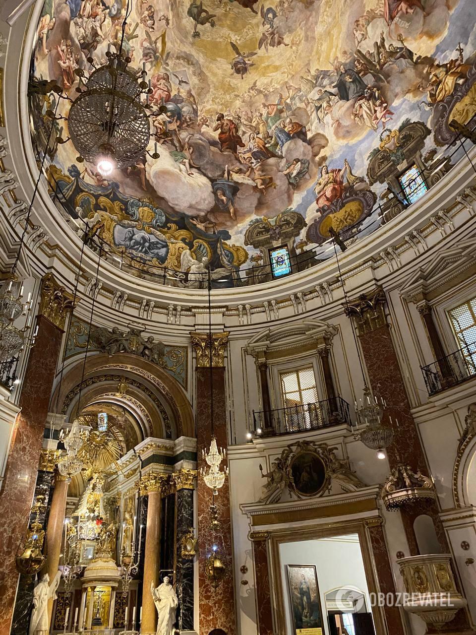 Собор славится богатыми фресками и тем, что здесь храниться Чаша Грааля