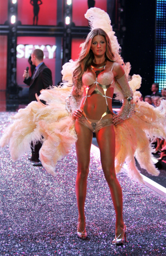 Жизель Бюндхен на показі Victoria's Secret у 2006 році