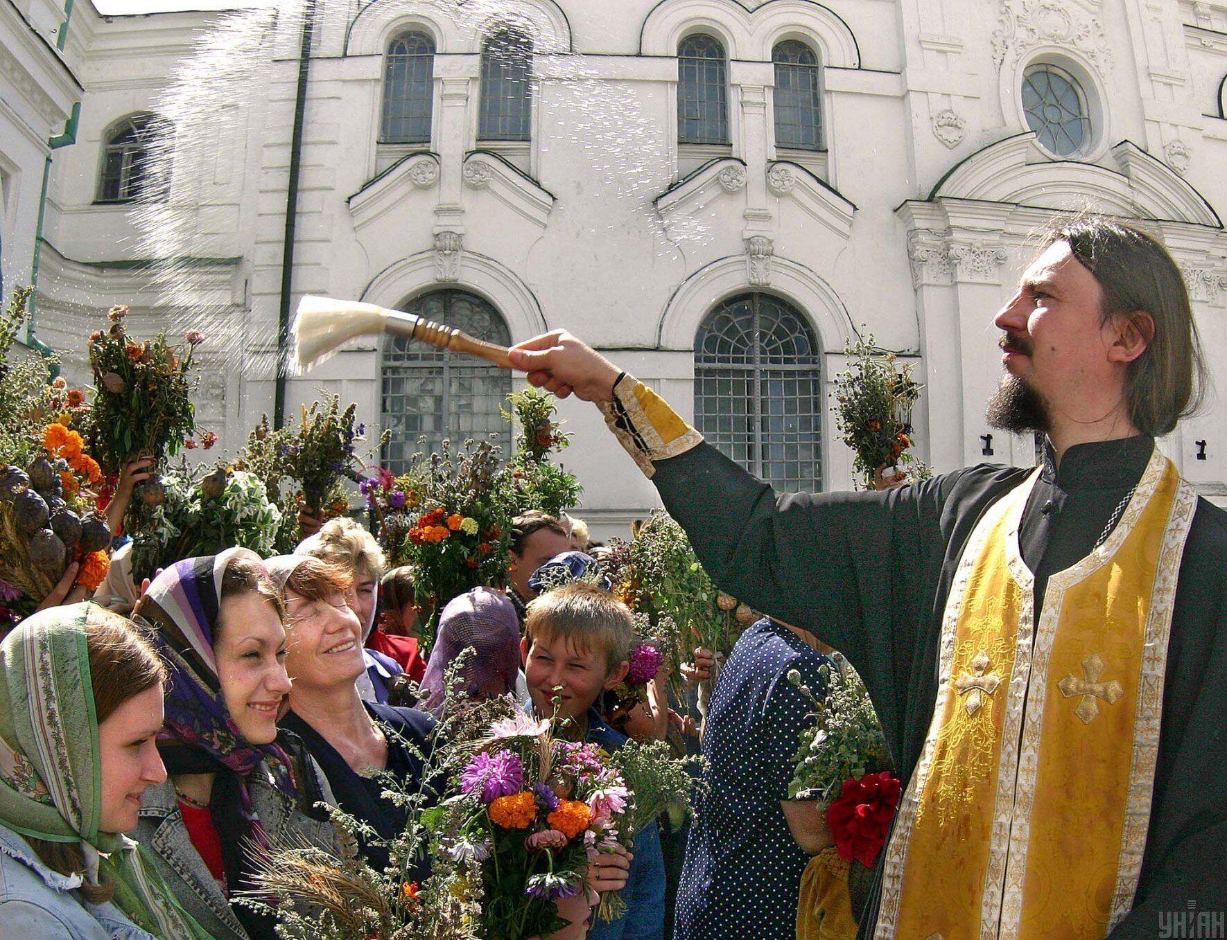 14 августа верующие посещают богослужение в церкви
