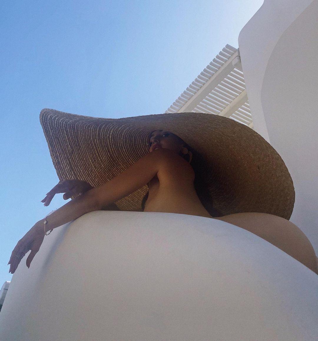 Наталья Барулич в шляпе голая