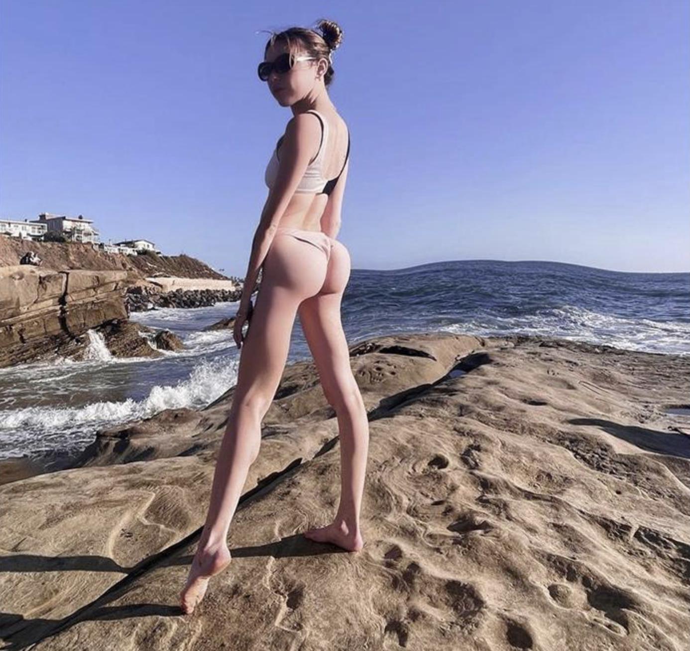 Струнка дівчина зробила неприродні сідниці у фотошопі