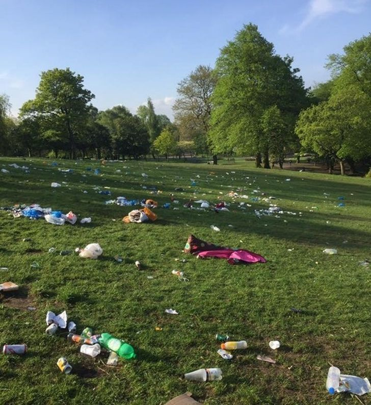 Люди залишають після себе сміття