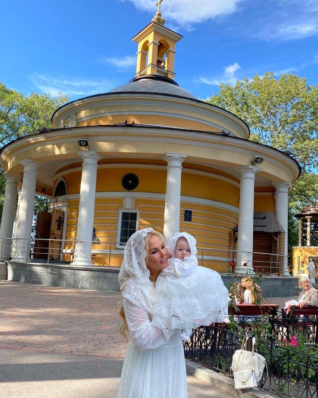 Певица Камалия с крестной дочкой на фоне церкви.