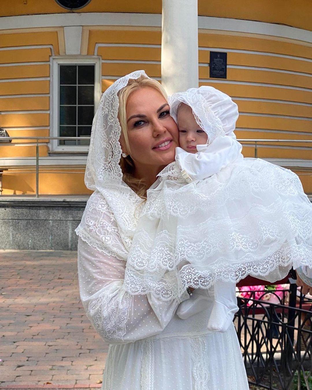 Камалия держит крестную дочь.