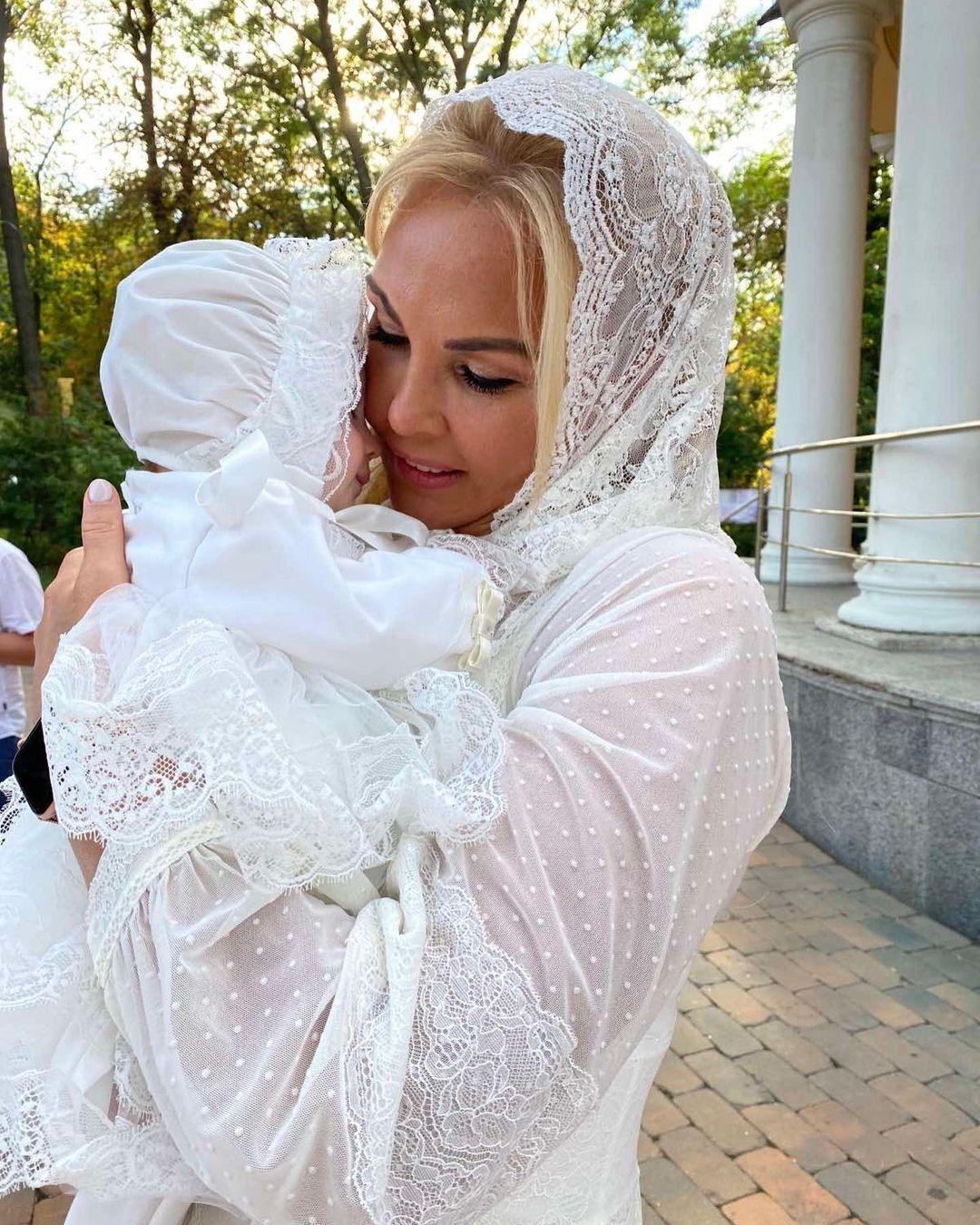 Камалия держит крестницу.