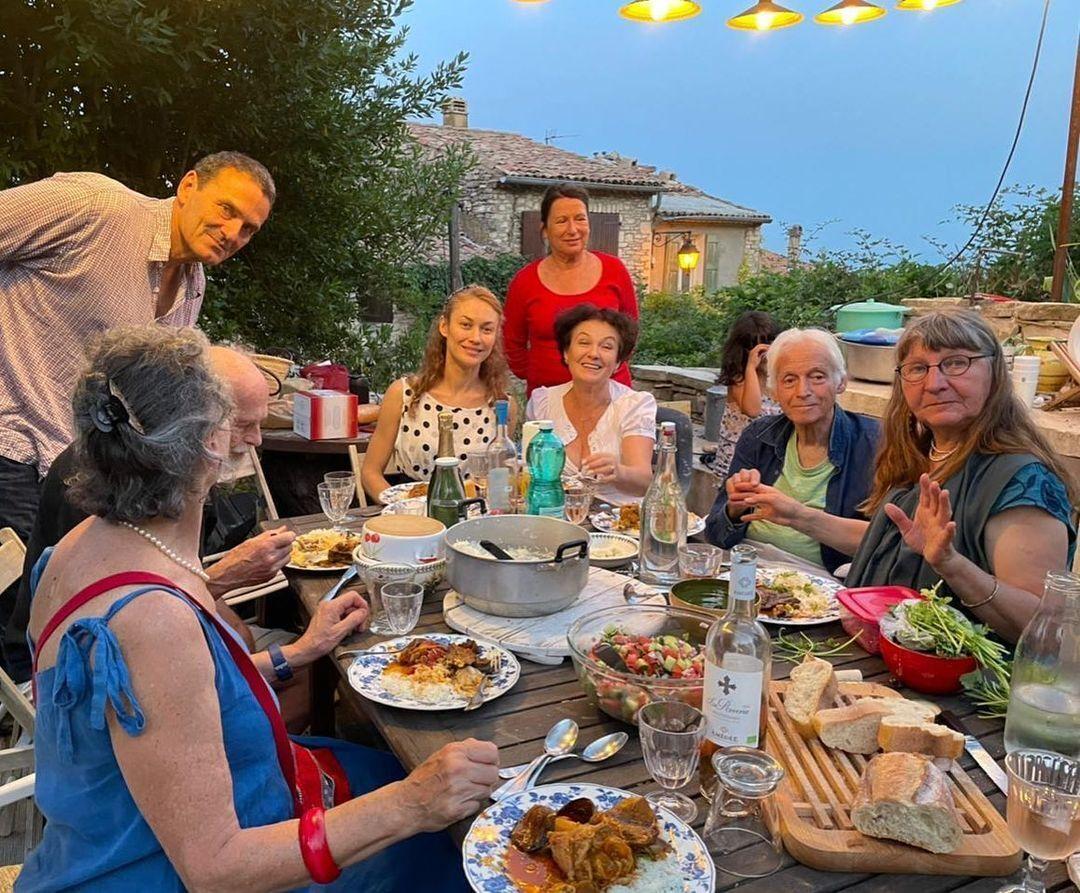 Ольга Куриленко со своей французской семьей