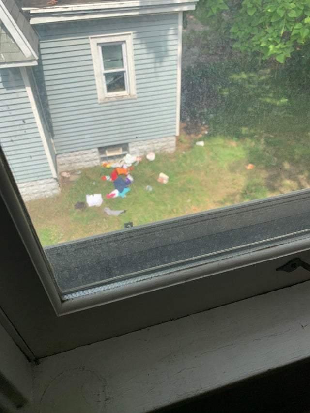 Сусіди викидають сміття