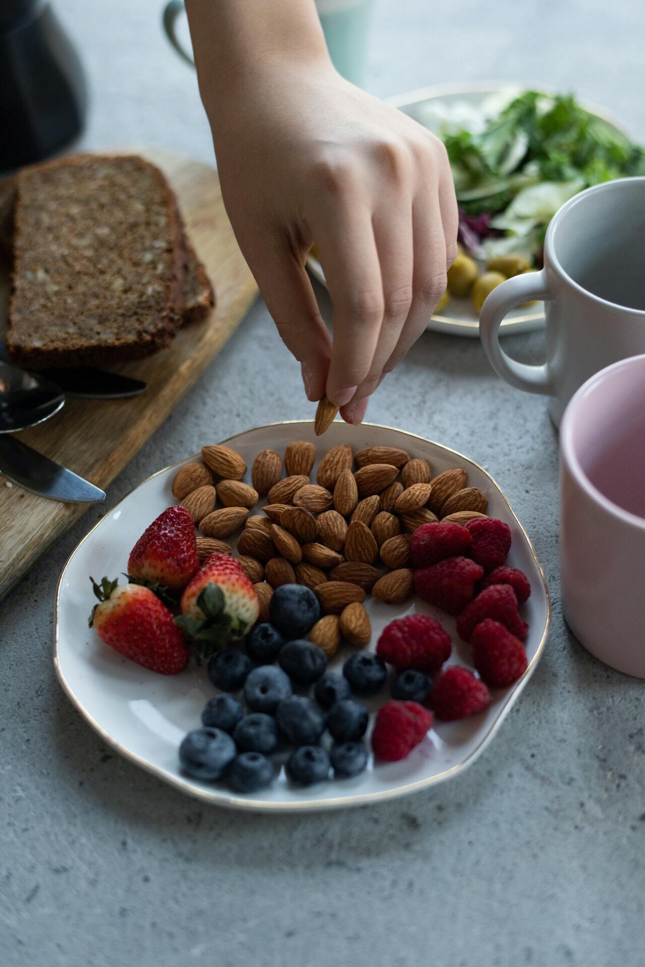 Перекус не може бути замість повноцінного вживання їжі