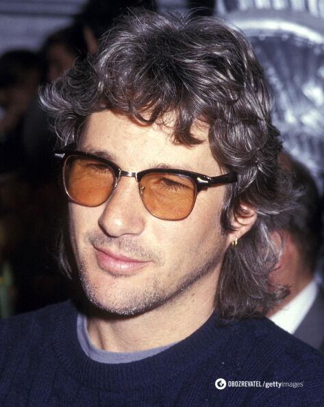 Актер Ричард Гир позирует в желтых очках.