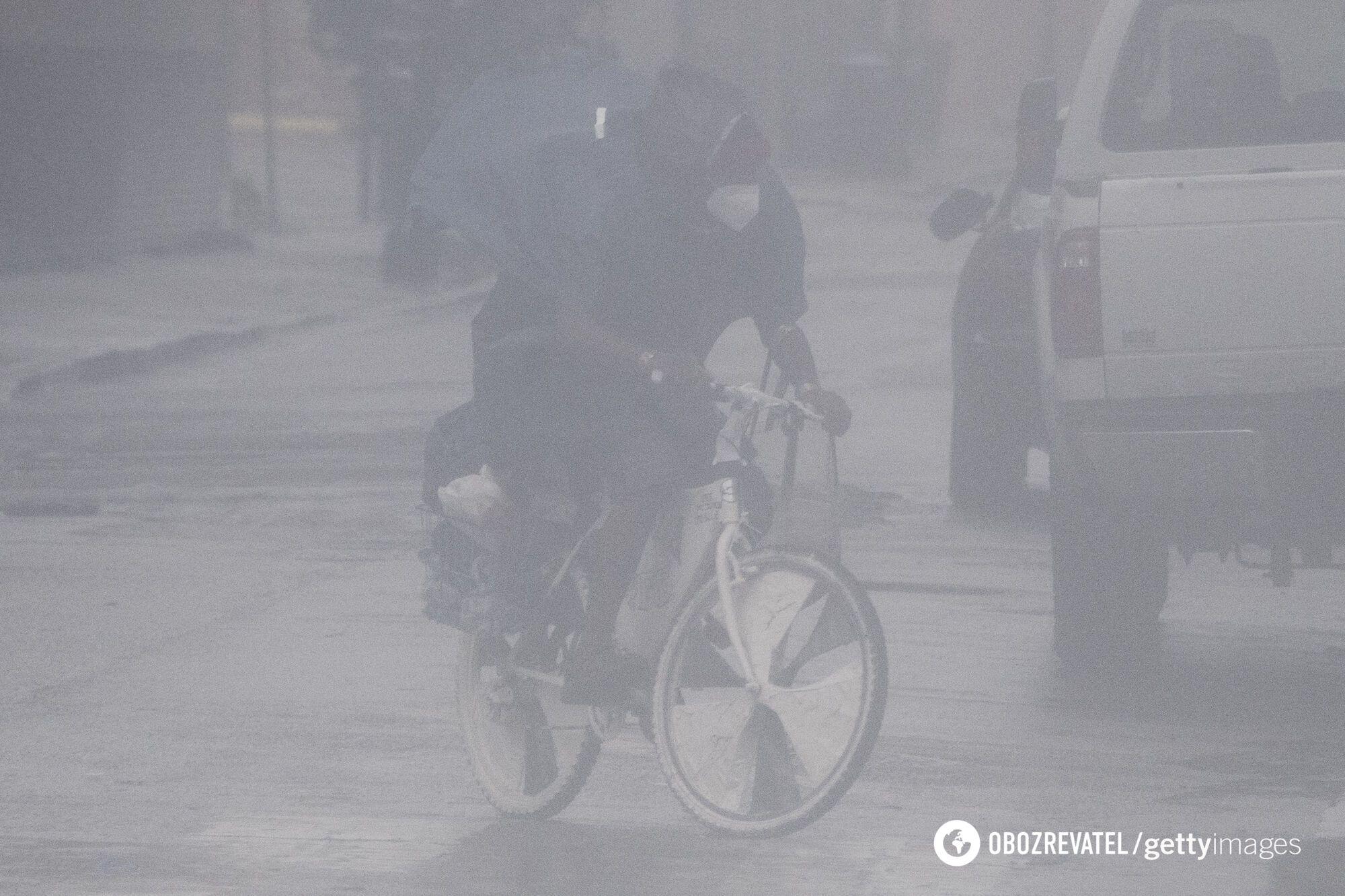 Местный житель пытается проехать через сильнейший ливень