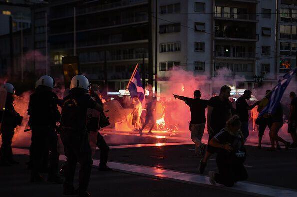 Демонстранти палять шини.