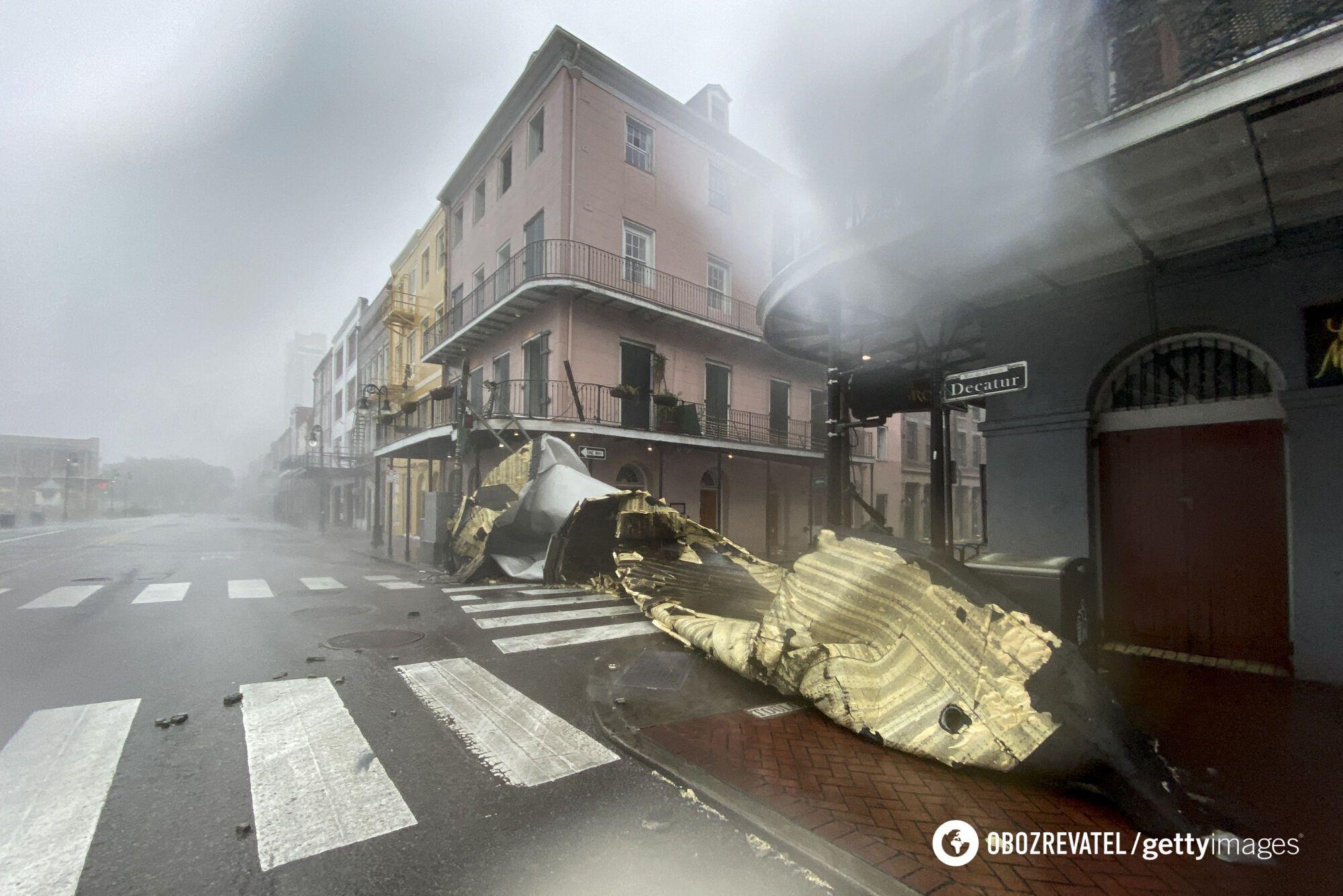 Сильный ветер снес часть крыши в одном из кварталов Нового Орлеана