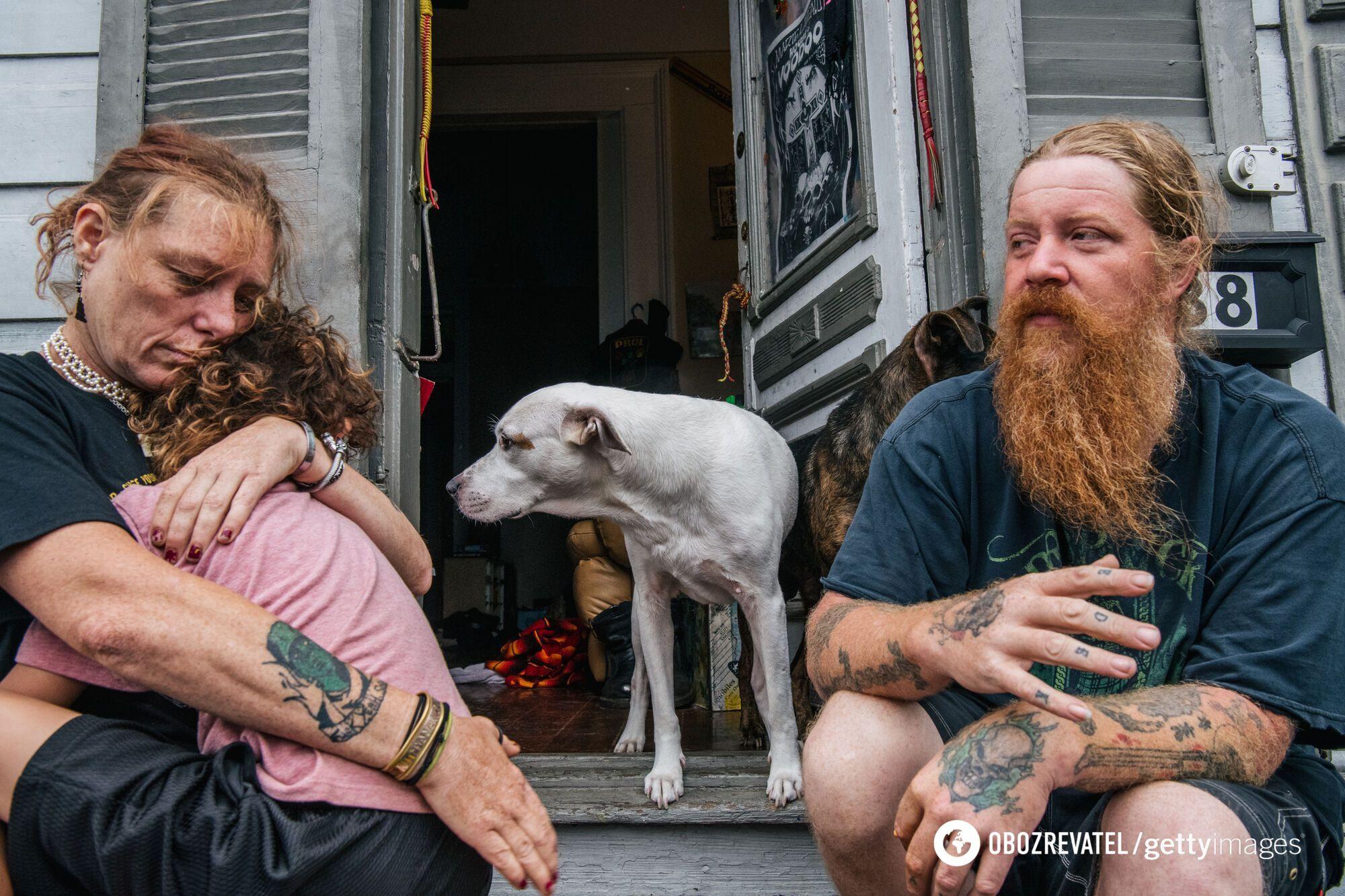 """Семья сидит на крыльце своего дома в ожидании урагана """"Ида""""."""