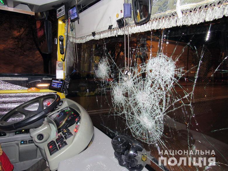 Хулиганы разбили лобовое стекло в троллейбусе.