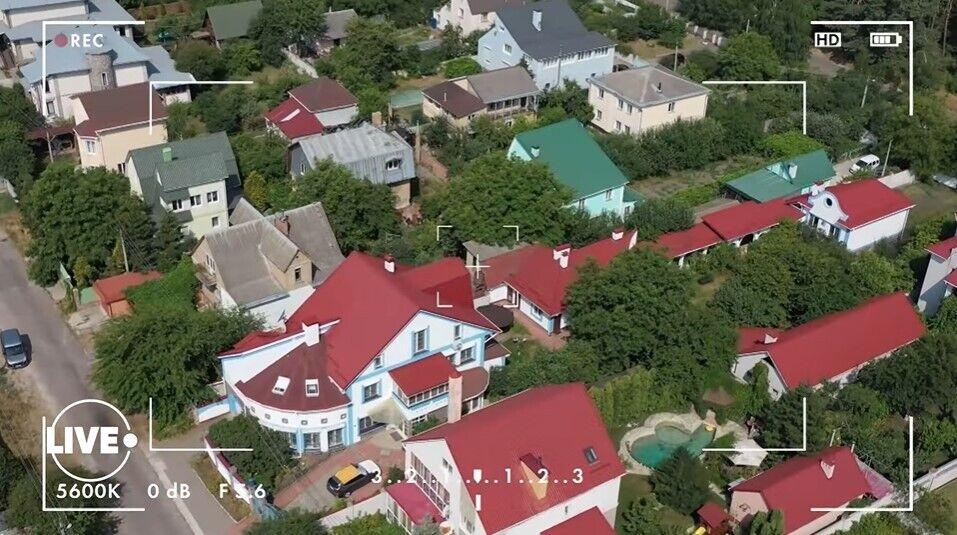 Дом разделен на две части.