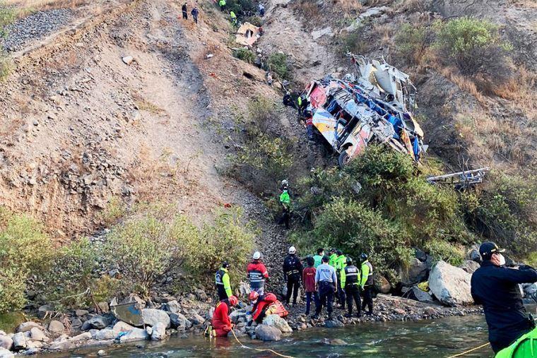 Автобус с людьми упал в ущелье в Перу