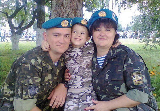 Александр Петраковский с мамой и дочкой.