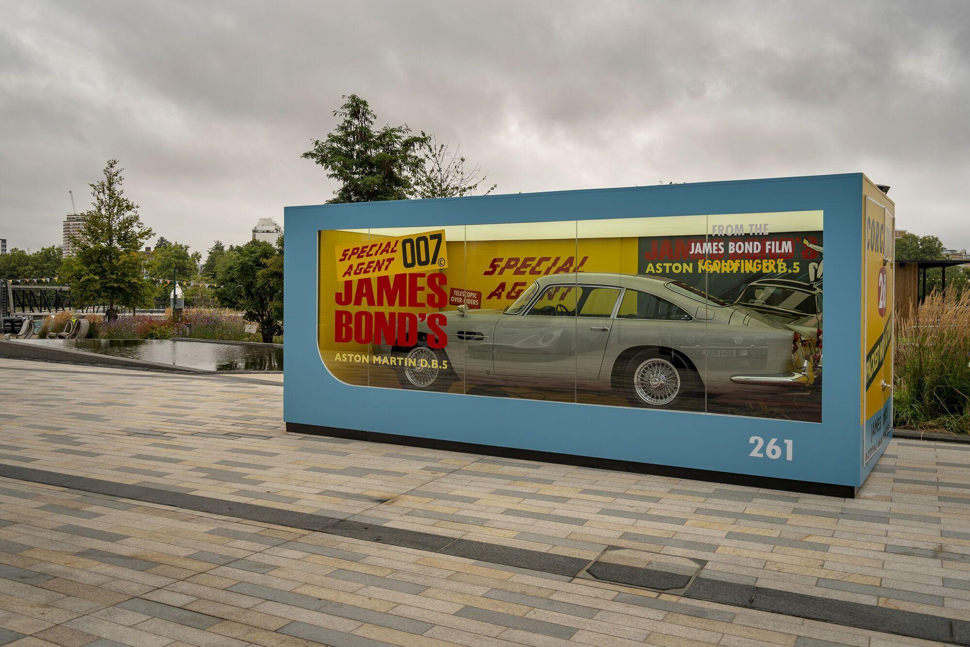 Aston Martin и Corgi Toys создали полноразмерную копию модели DB5 1965 года в фирменной коробке размером 5,66х2,7х2,7 м