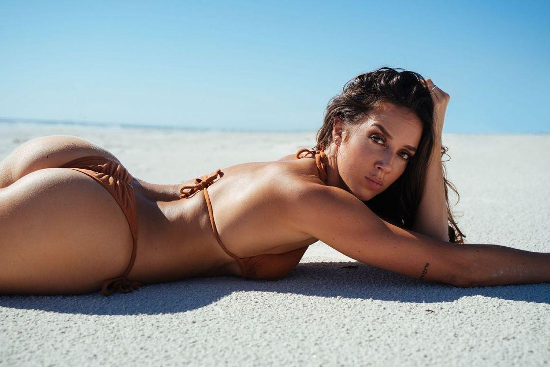 Челси Грин на песке