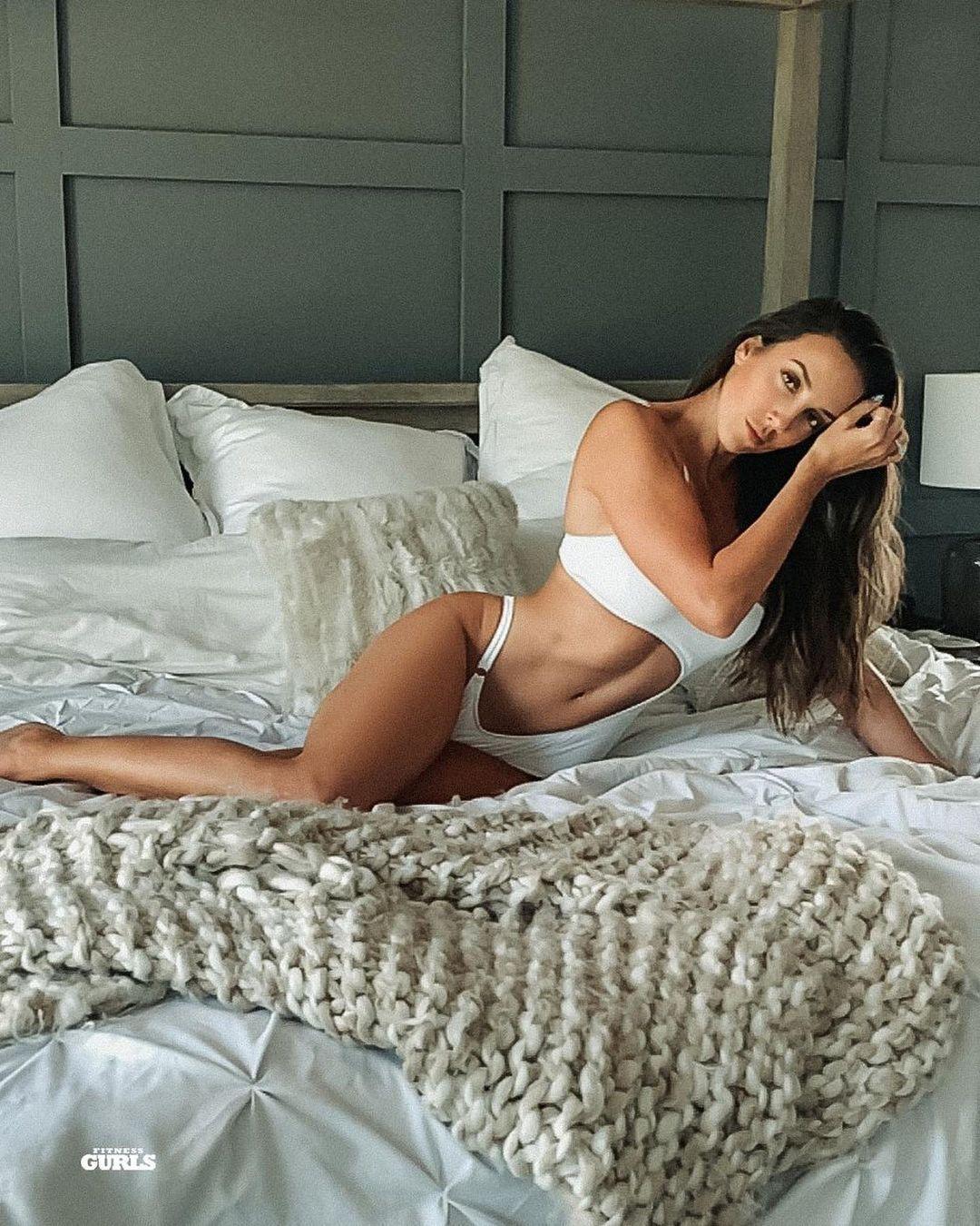 Челси Грин в постели