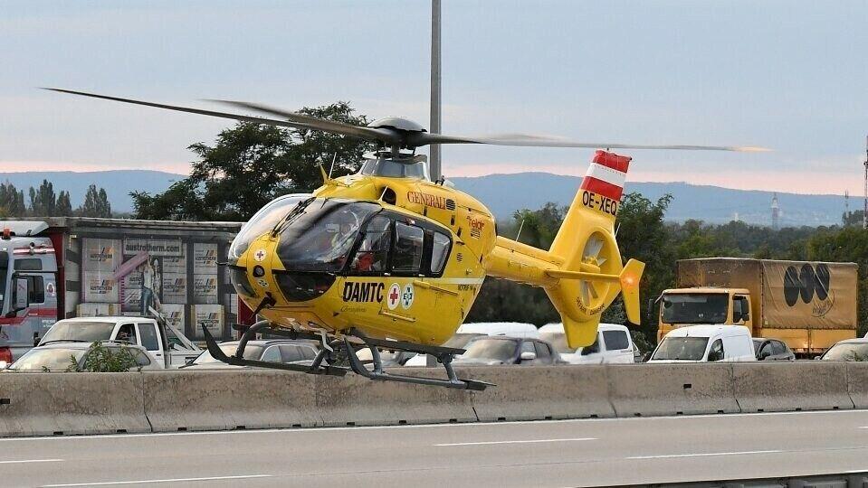 На месте ДТП работали два санитарных вертолета и автомобили спасательных служб.