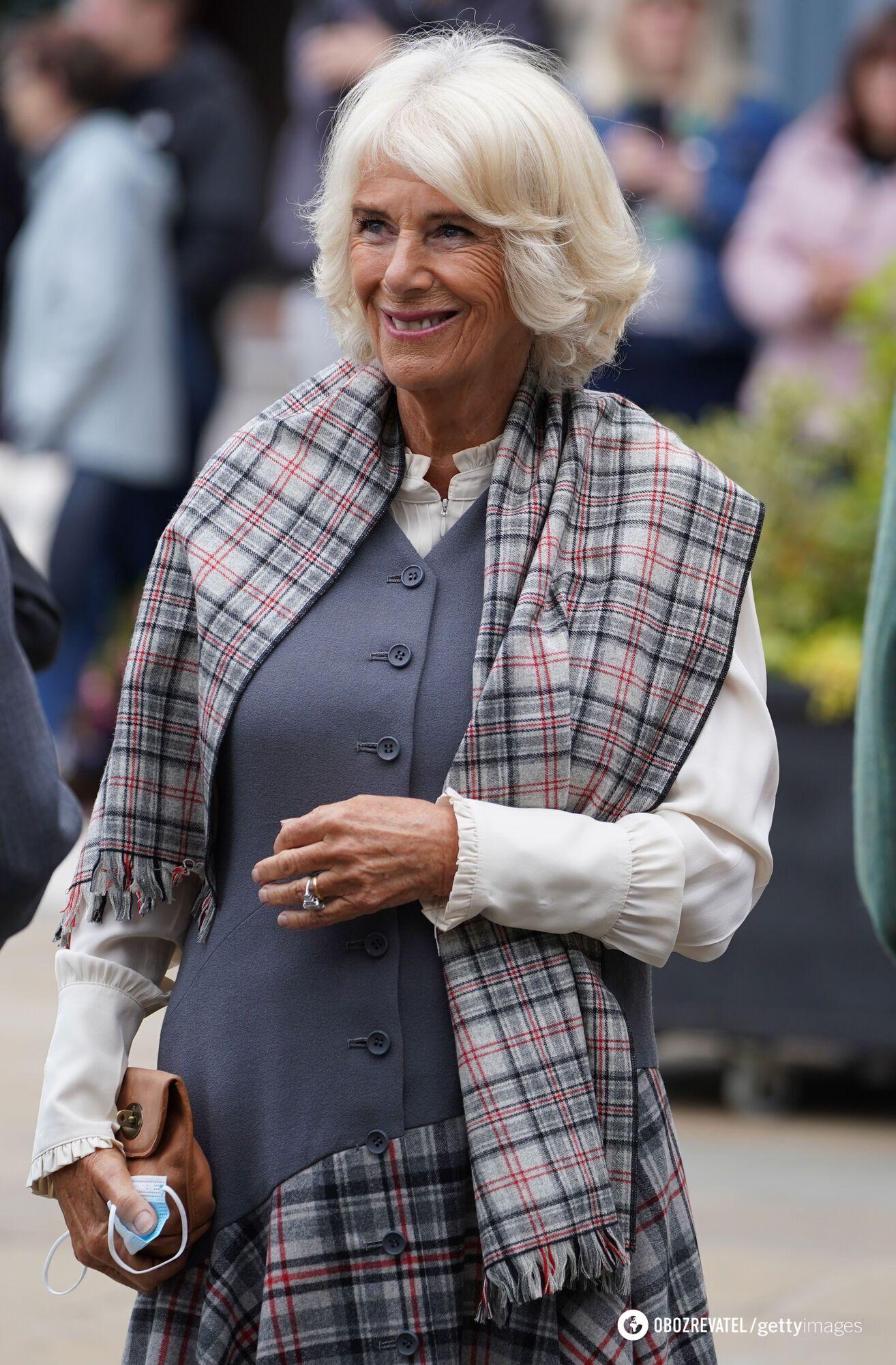 Герцогиня Корнуолльская в ярком наряде.