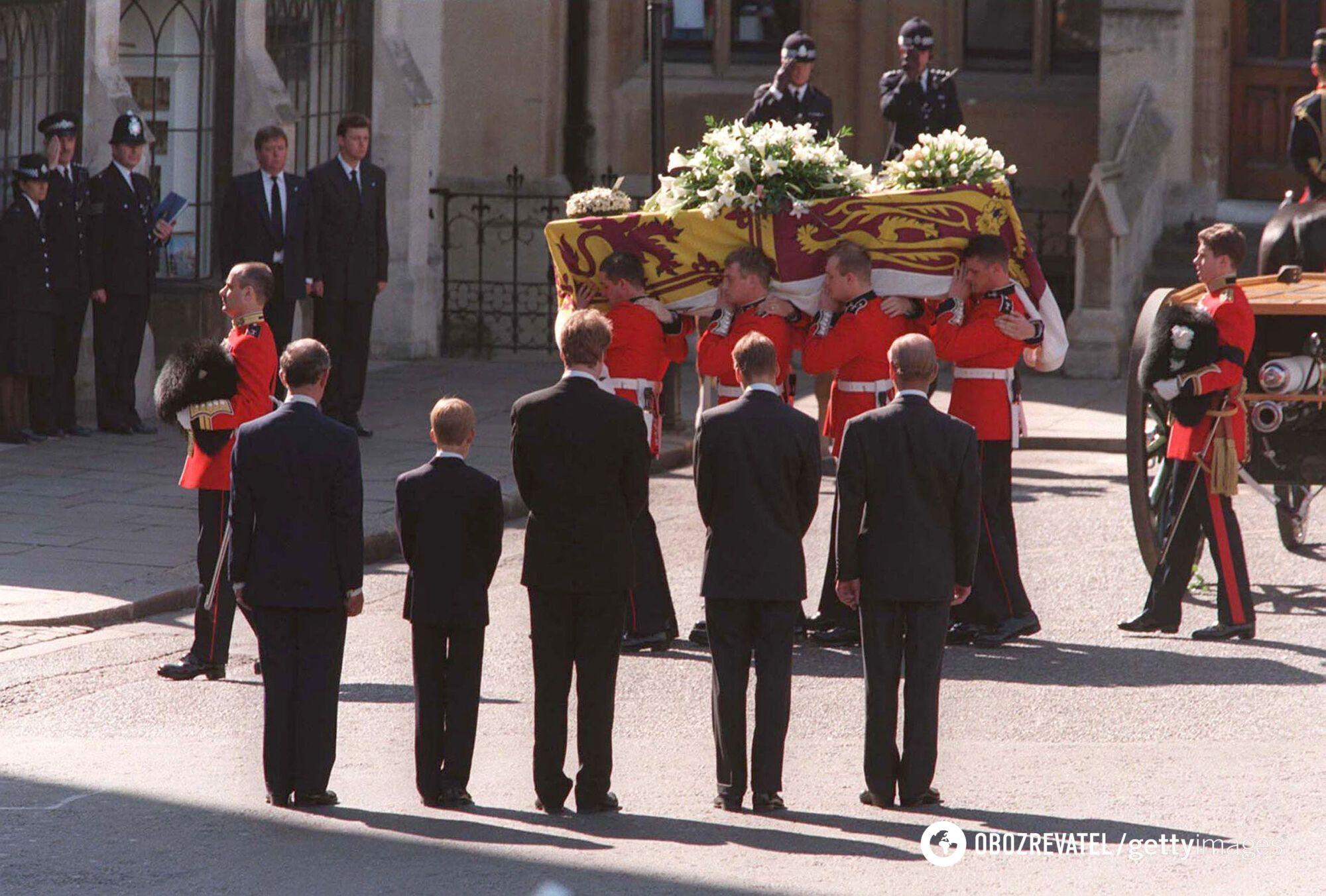 Принцесу Діану поховали в чорній сукні з довгими рукавами